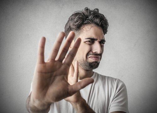 האם ההירתעות מדברים מגעילים יכולה להזיק לך?