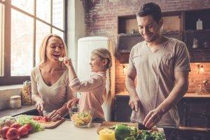 משפחה מכינה אוכל בריא